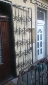 kovácsoltvas jellegű ajtórács